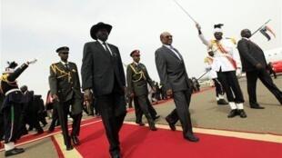O Presidente Sudanês Omar El Bechir acolhendo o seu homólogo do Sudão do Sul hoje em Cartum.
