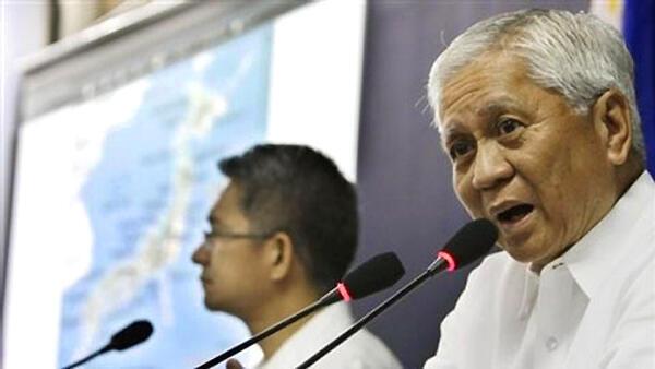 Ngoại trưởng Albert del Rosario họp báo về tình hình biển đảo Philippines - Reuters