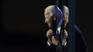 Joe Biden salue la foule de ses partisans réunis à Wilmington, au soir de l'annonce des résultats de la présidentielle américaine, le 7 novembre 2020.
