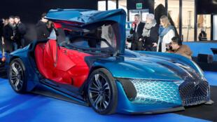Les visiteurs du festival peuvent admirer des concepts de voitures électriques, comme cette DS electric E-Tense.