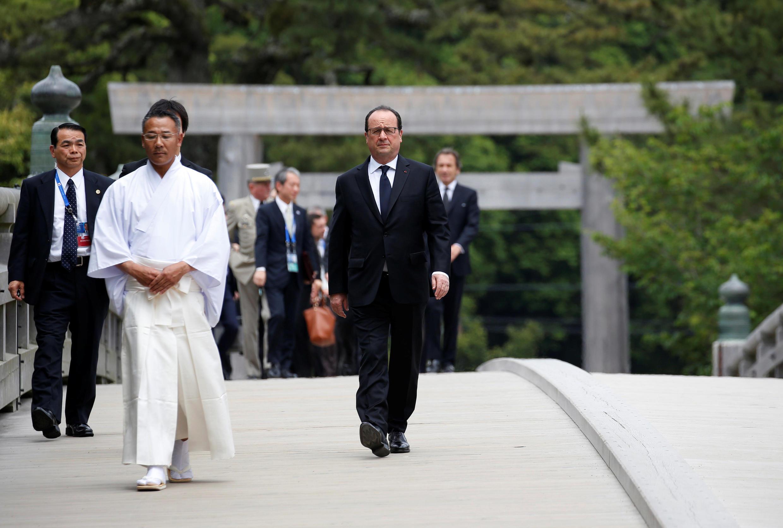 Японская пресса пишет о том, что текущий саммит в формате G7 станет последним для Олланда, потому как он не сможет победить в 2017 году на президентских выборах.