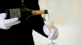 Mời champagne trong hội mùa truyền thống tại Nhà Champagne Deutz, ở Ay, Pháp, ngày 22/09/2016