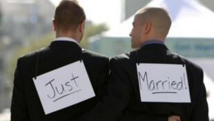A França se torna o 14° país no mundo a autorizar o casamento entre pessoas do mesmo sexo.