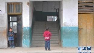 湖北襄阳发生踩踏事故的楼梯,栅栏门已经被拆除