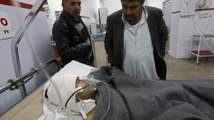 Ferido recebe atendimento em hospital após atentado contra o Centro Cultural Francês de Cabul.