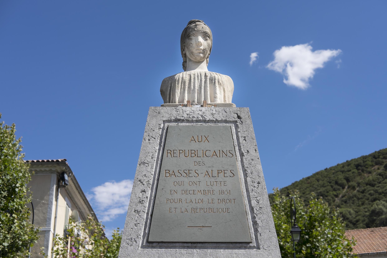 Le monument aux insurgés de 1851 sur la place centrale du village, aux Mées, dans les Alpes de Haute-Provence.