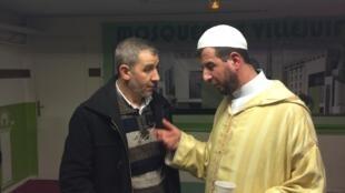Imã conversa com visitante na mesquita de Villejuif