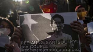 Birmanie Manifestants Coup d'Etat Militaires Aung San Suu Kyi