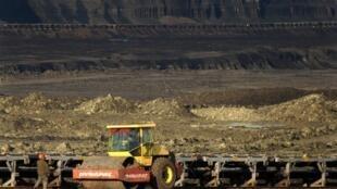 Des mineurs travaillent dans l'une des mines de charbon à ciel ouvert de Maritza , en Bulgarie, le 16 janvier 2012.