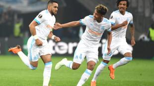 Dimitri Payet, Boubacar Kamara, Luiz Gustavo celebram um golo após a segunda mão da Liga Europa nos quartos de final Olympique de Marselha contra RB Leipzig em Marselha a 12 de Abril de 2018.