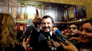 Le ministre de l'Intérieur et vice-Premier ministre italien Matteo Salvini parle aux médias au Sénat, à Rome, le 6 novembre 2018.
