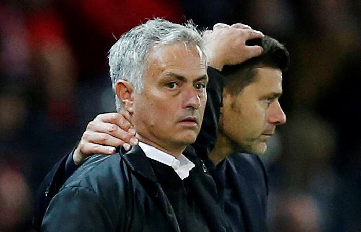José Mourinho (esquerda) substituiu Mauricio Pochettino (direita) no cargo de treinador do Tottenham.