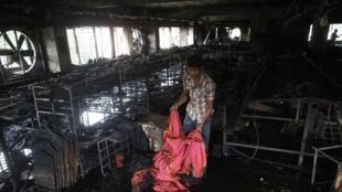 A l'intérieur des ruines d'une usine textile de Dacca, le 9 mai 2013.