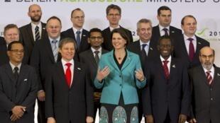 Bộ trưởng Nông nghiệp Đức (áo xanh) của các quan chức phụ trách Nông nghiệp trên thế giới tại Hội nghị các Bộ trưởng Nông nghiệp tại Berlin hôm 21/01/2012.
