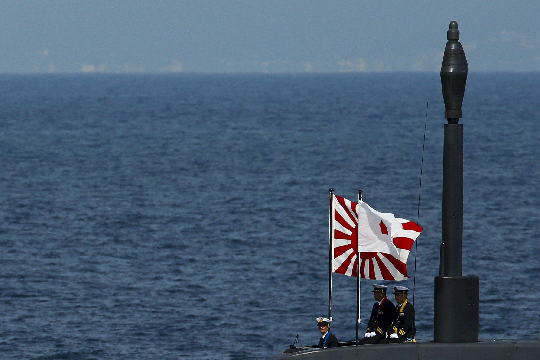 Des officiers japonais à bord d'un sous-marin de type Soryu durant un passage en revue de la flotte japonaise à Sagami Bay, au sud de Tokyo, le 15 octobre 2015.