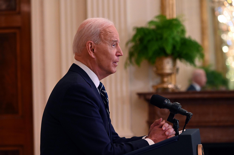 El presidente Joe Biden responde a los periodistas en su primera conferencia de prensa