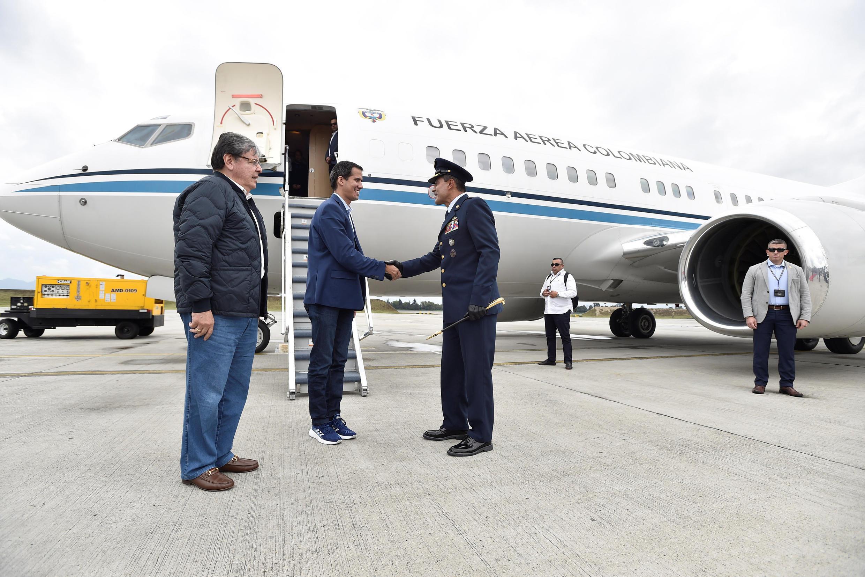 L'opposant vénézuélien Juan Guaido, président par intérim autoproclamé, à son arrivée à la base militaire colombienne de Catam, dans les environs de Bogota, aux côtés du chef de la diplomatie colombienne Carlos Holmes Trujillo, le 24 février 2019.