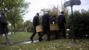 Des bénévoles de l'association caritative «Les morts de la rue» au cimetière de Thiais (dans le Val-de-Marne).