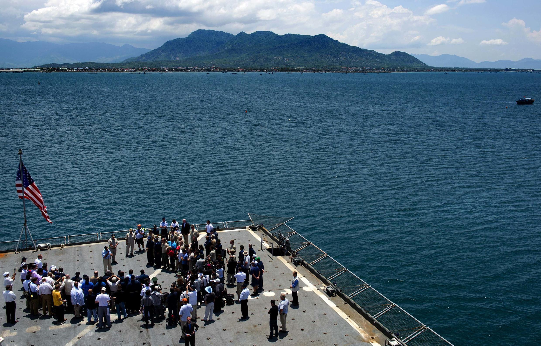 Vịnh Cam Ranh từng là nơi Nga đóng căn cứ Hải Quân (1979-2001). Ảnh chụp trong chuyến thăm vịnh của Bộ trưởng Quốc phòng Mỹ Leon Panetta ngày 3/6/ 2012.