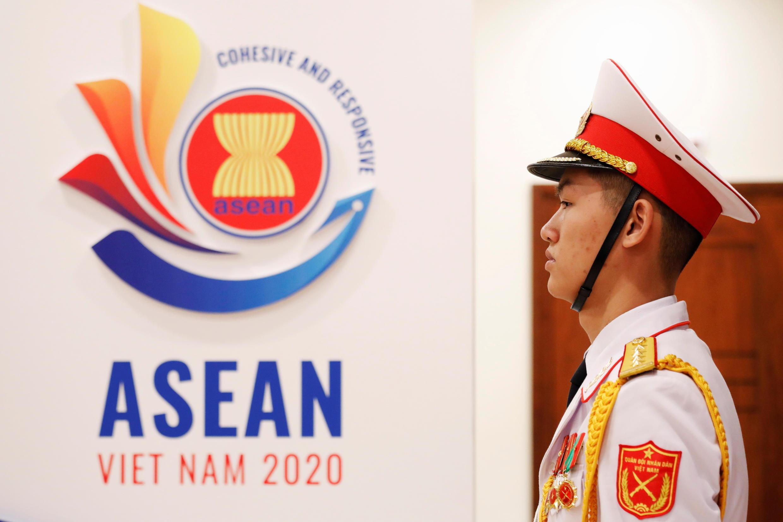 2020-11-12T034104Z_1191120538_RC2F1K9Y5FCS_RTRMADP_3_ASEAN-SUMMIT