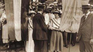 Suffragettes devant la Maison Blanche à  Whashington, 1917.