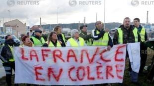 """جنبش """"جلیقه زردها"""" در فرانسه اعتراضی است به فقر که در اثر گسترش قراردادهای موقتی کار و افزایش مالیات ها تشدید شده است."""