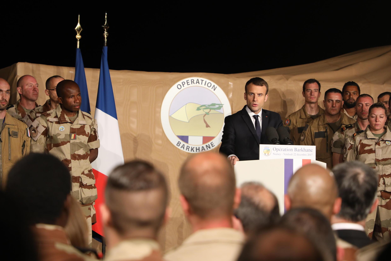 Emmanuel Macron lors de son discours devant 700 militaires de la force Barkhane, sur la base aérienne de Niamey, le 22 décembre 2017.