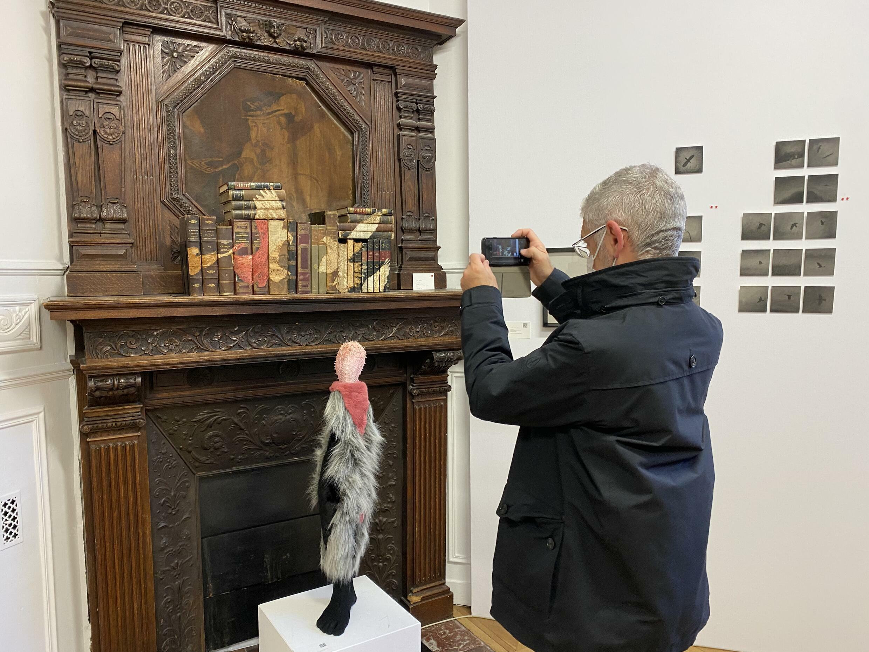 巴黎 Asia Now 艺术博览会上的来宾在关注任瀚作品