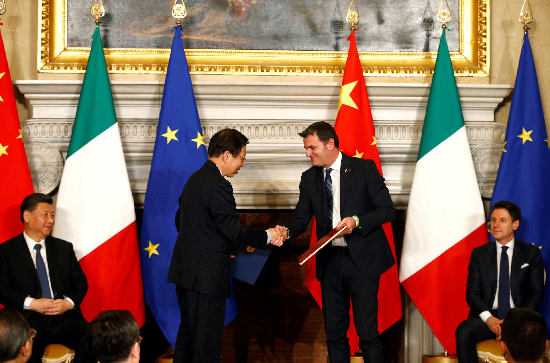 Les ambassadeurs chinois en Italie, Li Ruiyu, et le ministre italien de l'Agriculture et du Tourisme Gian Marco Centinaio, concluent un accord, aux côtés de Xi Jinping et Giuseppe Conte, le 23 mars à la villa Madama, à Rome.