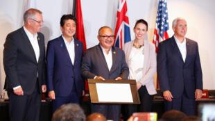 Từ phải sang trái: Phó tổng thống Mỹ Mike Pence, các thủ tướng New Zealand Jacinda Ardern, Papua New Guinea Peter O' Neill, Nhật Bản Shinzo Abe và Úc Scott Morrison, nhân buổi ký thỏa thuận về điện, ngày 18/11/2018, tại Port Moresby (PNG).