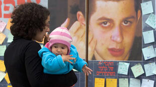 A Jérusalem, les Israéliens accrochent des messages de soutien près du portrait de Gilad Shalit, en détention depuis 1 000 jours.