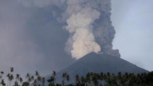 """O nível de alerta do vulcão Agung na Indonésia foi elevado ao nível máximo"""", disse o diretor do Centro Nacional de Vulcanologia da Indonésia, Gede Suantika."""