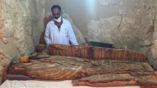 考古学家在一座埃及法老王时代坟墓里发现6具色彩鲜艳木棺   2017年4月18日埃及南部