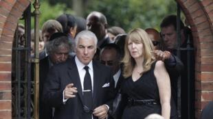 Mitch Winehouse (e), pai da cantora, na saída do funenal na tarde desta terça-feira.