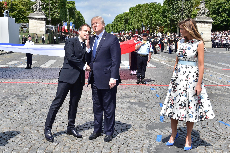 Hai tổng thống Pháp, Emmanuel Macron (T) và Mỹ, Donald Trump, trên đại lộ Champs Élysées, ngày Quốc Khánh Pháp, 14/07/2017.