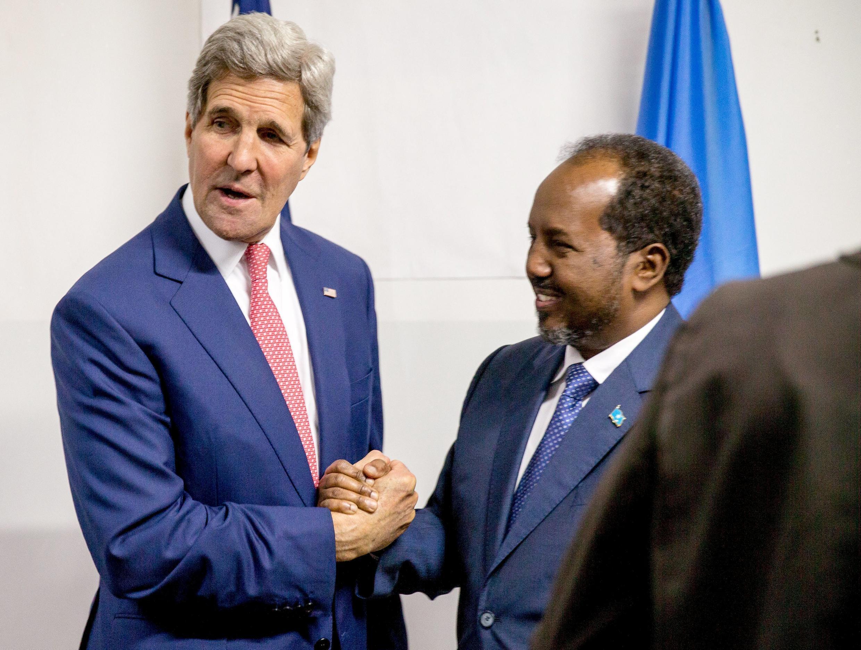 Le secrétaire d'Etat américain John Kerry et le président somalien Hassan Cheikh Mohamoud, le 5 mai, à l'aéroport de Mogadiscio.