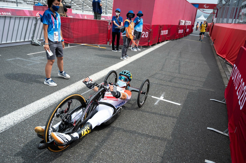 Florian Jouanny au départ du contre-la-montre des Jeux paralympiques de Tokyo avec son vélo à mains (Catégorie H2) le 30 août 2021 à Oyama