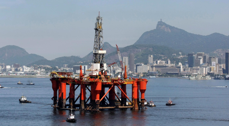 Une plateforme de pétrole Petrobas est vue sur la baie de Rio de Janeiro au Brésil.