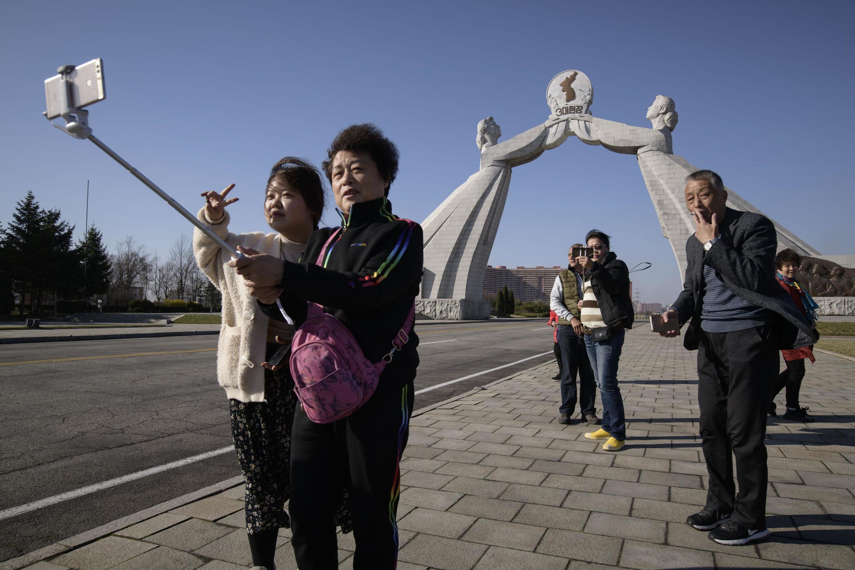 中国游客在平壤三宪章纪念碑前合影留念2019年4月15日