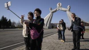 中國遊客在平壤三憲章紀念碑前合影留念2019年4月15日
