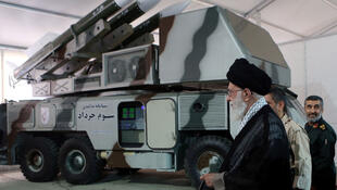 Lãnh đạo tối cao Iran, giáo chủ Ali Khamenei trước dàn tên lửa «3 Khordad», dường như đã được dùng để bắn rơi chiếc drone của Mỹ. Ảnh không đề ngày tháng.