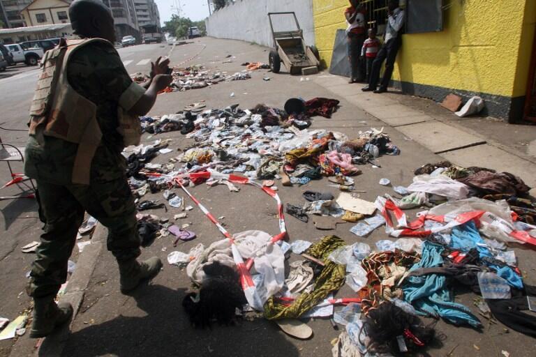 Sapatos e roupas das vítimas da tragédia em Abidjan, onde 61 pessoas morreram após os fogos da noite de Réveillon.