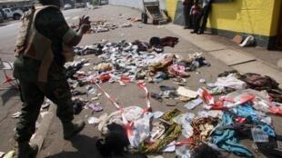 На месте трагедии в Абиджане осталось множество брошенной одежды и обуви,