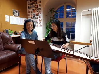 Nhạc sĩ Trần Phương Hoa và học viên Ngọc Anh tại trường nhạc Schostakowitsch - Berlin.