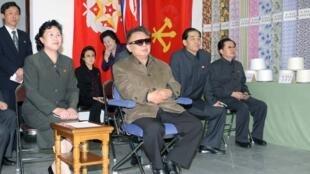Kim Jong-il lors d'une récente visite dans un usine textile de Pyongyang.