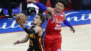 Trae Young (g) des Atlanta Hakws lors du match 1 des play-offs NBA face aux Philadelphia 76ers, à Philadelphie, le 6 juin 2021