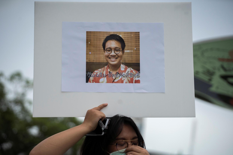 Ảnh nhà đối lập trẻ Thái Lan Wanchalearm Satsaksit  trong cuộc biểu tình ở Bangkok, ngày 05/06/2020.