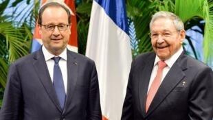François Hollande (esquerda) e Raúl Castro durante visita do presidente francês a Havana, no ano passado.