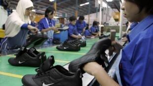 Công nhân Indonesia làm việc trong một nhà máy sản xuất giày da của hãng Nike.