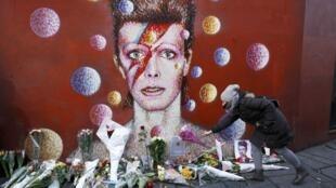 A Brixton, dans le sud de Londres, quartier natal de David Bowie, une fresque célèbre son personnage d'Aladdin Sane: les fans viennent lui rendre hommage.